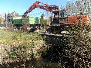 Nettoyage sous les ponts - boue et embâcles dans le camion